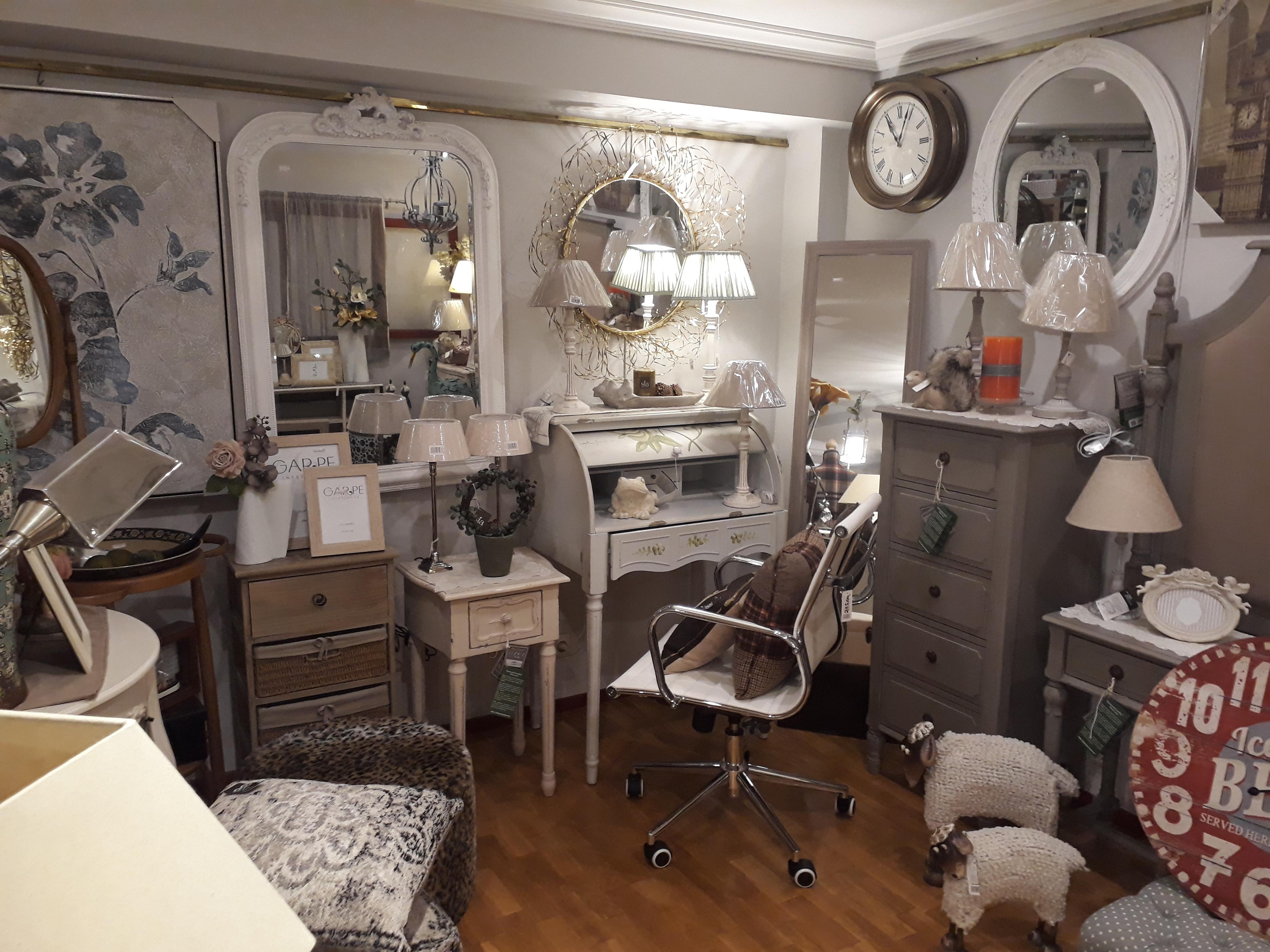 Sus muebles decoran pisos o casas de campo de diferentes superficies