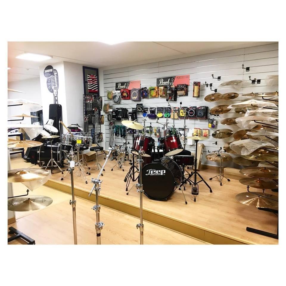 Venta de guitarras clásicas, acústicas, electricas, bajos e instrumentos de percusión para todas las edades